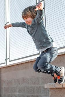 Menino pulando ao ar livre