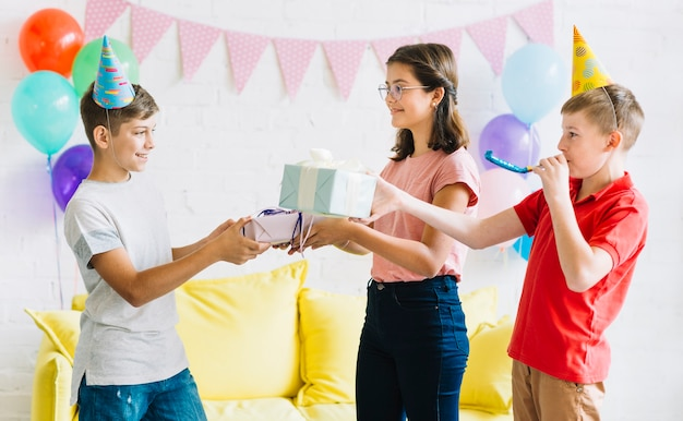 Menino, recebendo, presente aniversário, de, seu, amigos