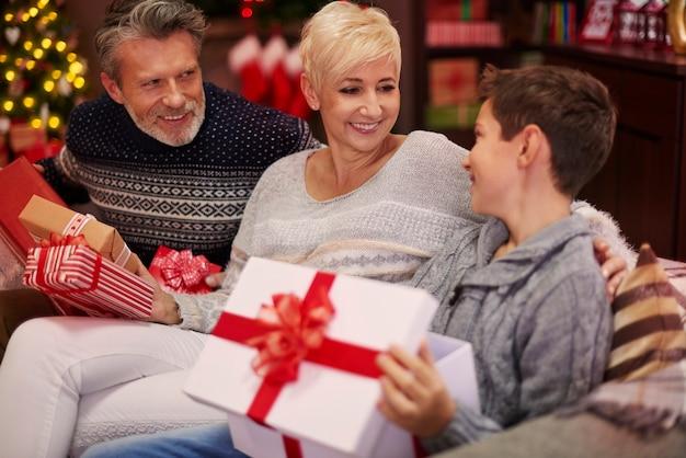 Menino recebendo um presente dos pais