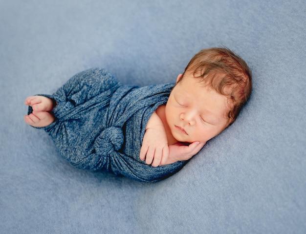 Menino recém-nascido embrulhado em um cobertor