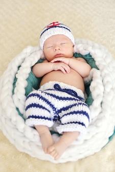 Menino recém-nascido está se vestindo como um marinheiro