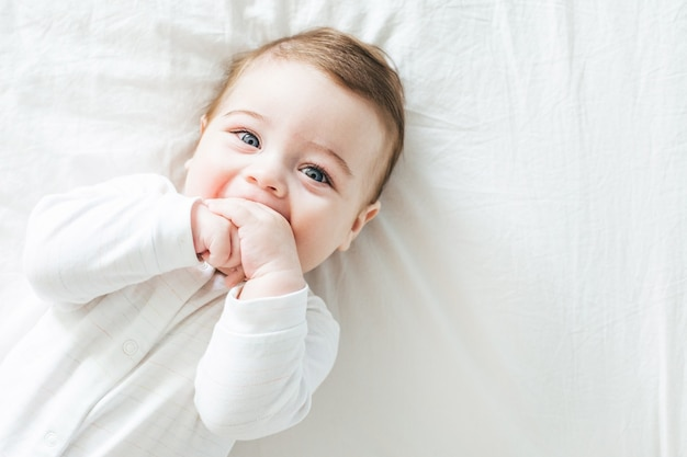 Menino recém-nascido rindo na cama