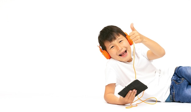 Menino removendo fones de ouvido dando positivo sinal banner cópia espaço