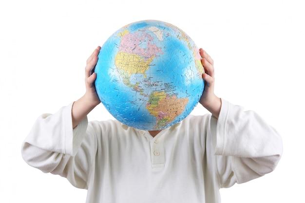 Menino segurando com as mãos um globo no lugar da cabeça