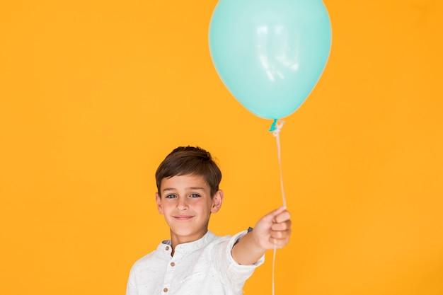 Menino, segurando, um, azul, balloon
