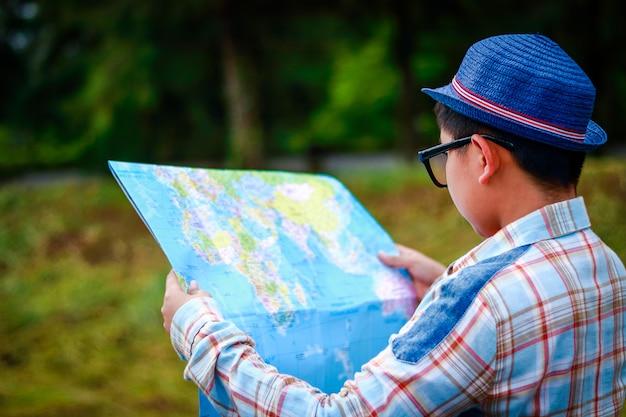 Menino, segurando, um, mapa mundial