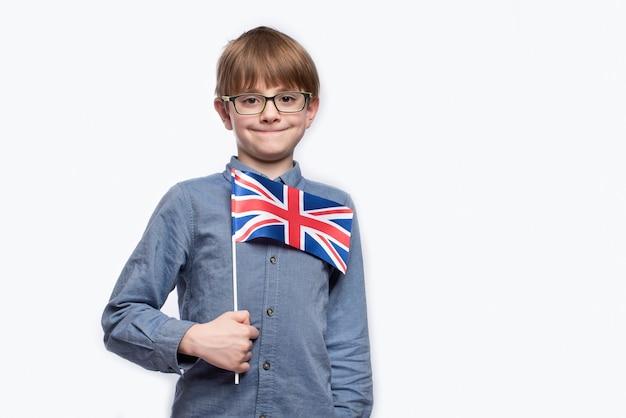 Menino segurando uma bandeira do reino unido