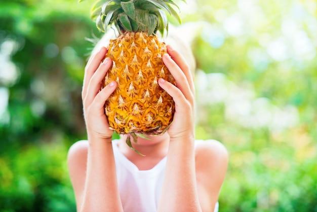 Menino, segurar, abacaxi, mãos, verão