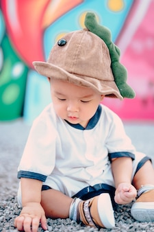 Menino sentado no chão do parquinho