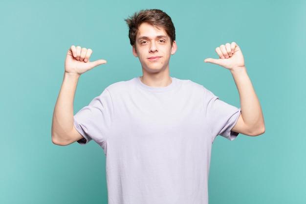 Menino sentindo-se orgulhoso, arrogante e confiante, parecendo satisfeito e bem-sucedido, apontando para si mesmo