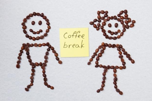 Menino simbólico e conceito de pausa para o café. superfície isolada branca.