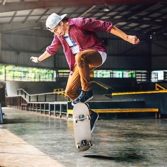 Menino skateboarding jump lifestyle conceito hipster