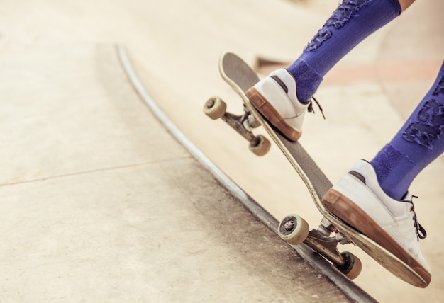 Menino skatista de perto