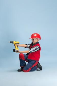 Menino sonhando com a futura profissão de engenheiro