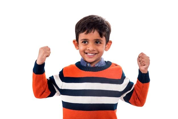 Menino sorridente alegre levantou as mãos. isolado.