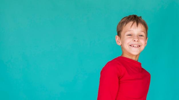 Menino sorridente com espaço de cópia