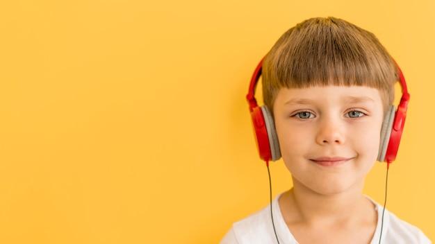 Menino sorridente com fones de ouvido