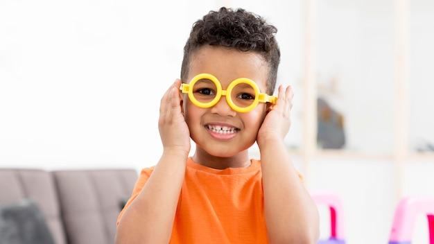 Menino sorridente com óculos