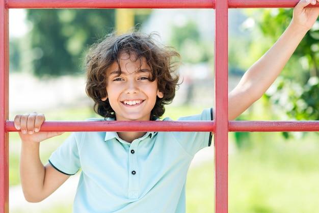 Menino sorridente de retrato no dia das crianças