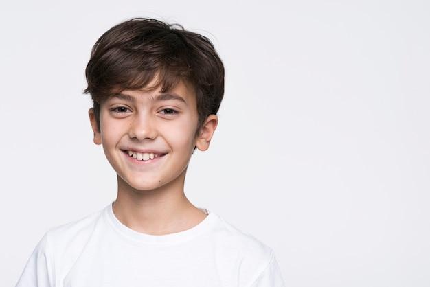 Menino sorridente de retrato