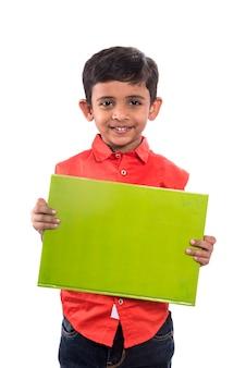 Menino sorridente em pé com um vazio horizontal em branco nas mãos, isolado no branco