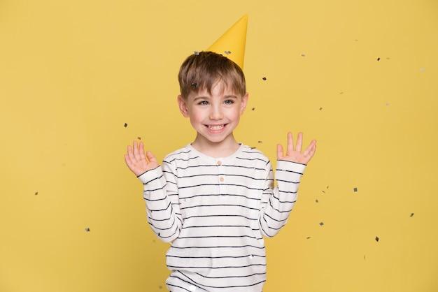 Menino sorridente isolado em amarelo