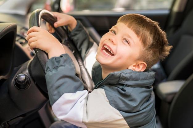 Menino sorridente no carro