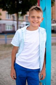 Menino sorridente posando para a câmera