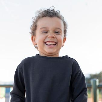 Menino sorrindo ao ar livre