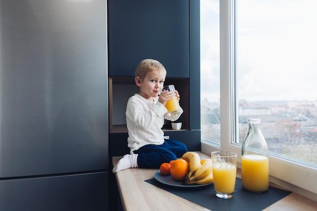 Menino, tendo, pequeno almoço
