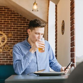 Menino, tendo uma cerveja, em, um, restaurante