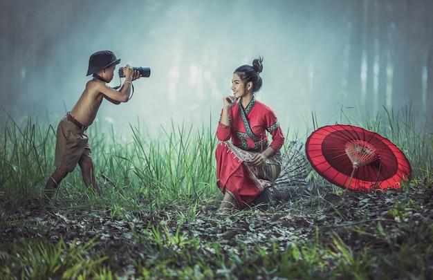 Menino tira uma foto e gosta de praticar fotografia.