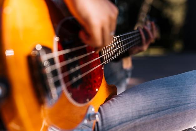 Menino, tocando, a, violão elétrico
