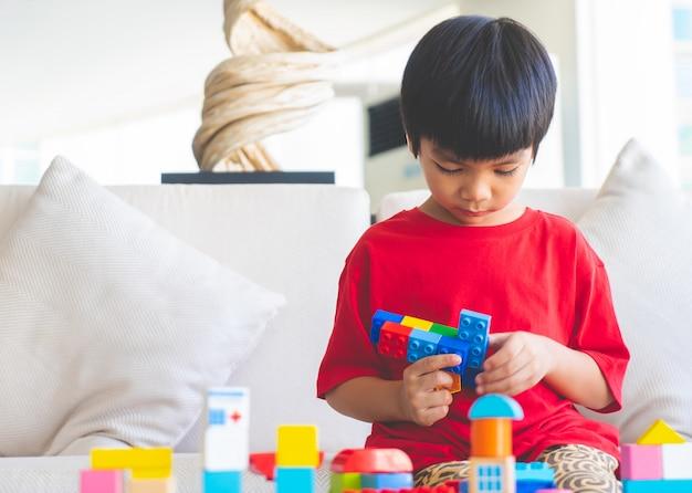 Menino, tocando, brinquedo bloqueia, em, sala de estar