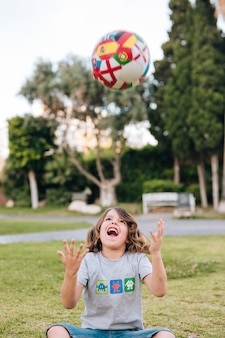 Menino, tocando, com, um, futebol