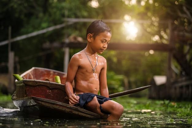 Menino, tocando, em, a, rio