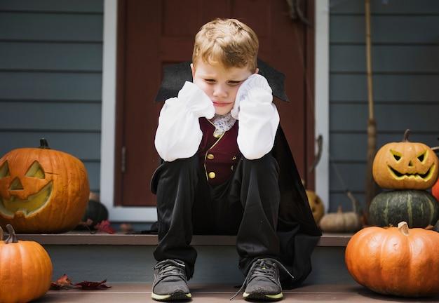 Menino triste em um traje de halloween