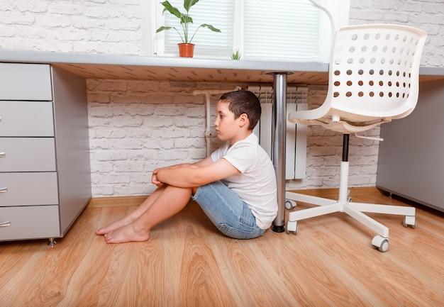 Menino triste pré-adolescente infeliz em casa. cyberbullying, problemas com adolescentes