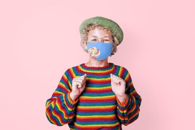 Menino usando máscara para prevenir covid 19