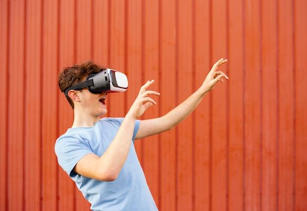 Menino usando óculos de realidade virtual, tiro médio