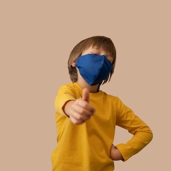 Menino usando uma máscara facial