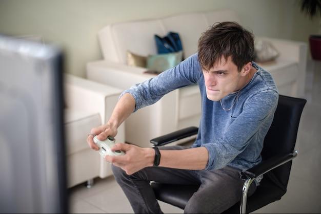 Menino, videogame jogando