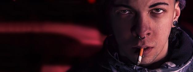 Menino zangado fumando à noite, imagem de banner com espaço de cópia