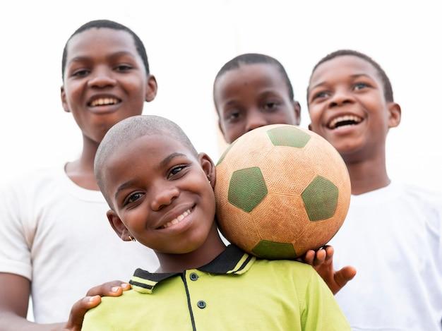 Meninos africanos com bola de futebol