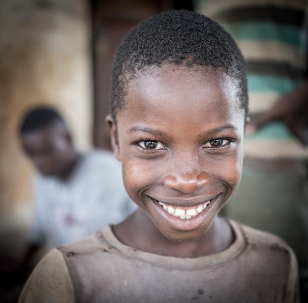 Meninos africanos no retrato da vila