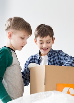 Meninos aprendendo a reciclar