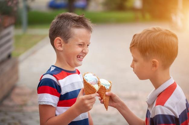 Meninos comendo sorvete ao ar livre