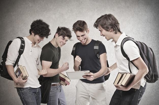 Meninos de estudante torcendo