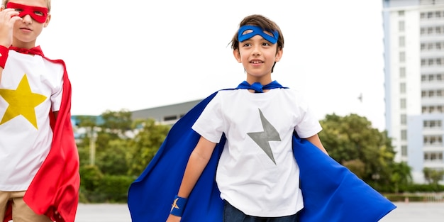 Meninos de super-heróis, executando o conceito de exercício de competição