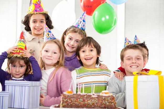 Meninos e meninas, aproveitando a festa de aniversário
